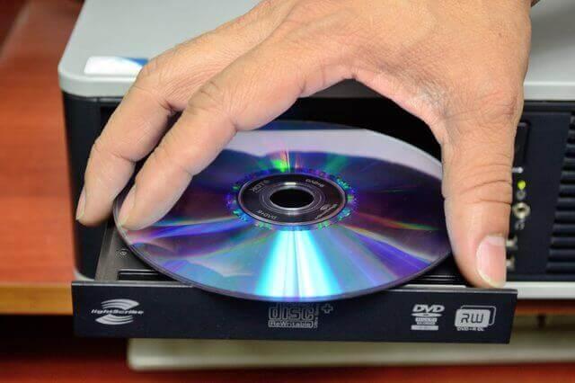 Вставьте DVD диск